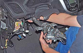 Вынимаем рулевую колонку с промежуточным валом из-под панели приборов на автомобиле Hyundai Solaris