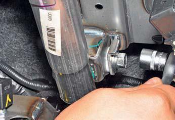 Отворачиваем специальный болт крепления нижней опоры рулевой колонки на автомобиле Hyundai Solaris